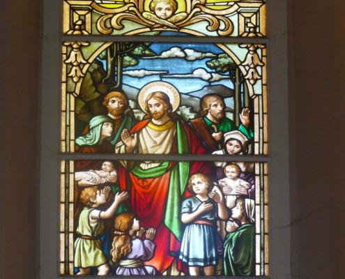 Buntglasfenster hinter Altar - Jesus und die Kinder