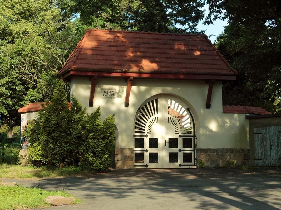 Eingangstor am Friedhof Ernstthal, erbaut 1913